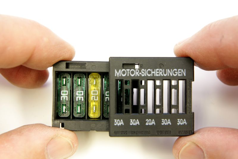 Bmw Engine Electronics Fuse Pack In Underhood E Box E46