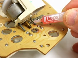 Applying DeoxIT contact cleaner to BMW E30 gauge terminals BAVauto